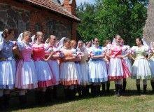 Spisz jest dużym regionem położonym na pograniczu Polski i Słowacji. Po III WŚ Polska otrzymała tylko północny skrawek tego regionu, o jakże bogatym folklorze. Na początek dwie odmiany strojów ludowych z polskiej części Spiszu. Na zdjęciu członkowie Mazurskiego Zespołu Pieśni i Tańca Ełk