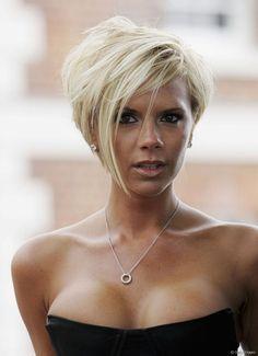 Victoria Beckham apostou no pixie em camadas com um franjão longo. Moderno e…