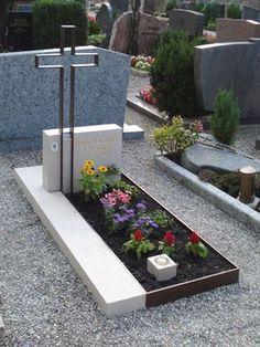 ARBEITEN IN STEIN Memorial Flowers, Memorial Stones, Tombstone Designs, Cemetery Monuments, Cemetery Decorations, Cemetery Flowers, Stone Statues, Funeral Flowers, Plants