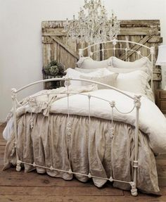 Great idea of a headboard made of recycled wood for shabby chic bedroom decor @istandarddesign