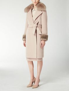 Max Mara VARGAS pink: Alpaca and wool teddy bear coat. Find your outfit on the Official Max Mara Website and discover all that is new in ready-to-wear.