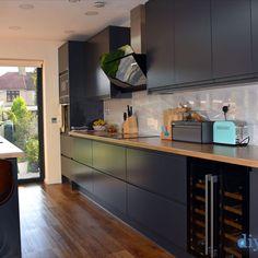An Innova Luca Carbon Handleless Kitchen
