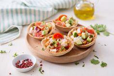 Per una cena tex-mex o un antipasto a base di pesce, i cestini di taco con gamberi marinati, sono un finger food fresco ed invitante