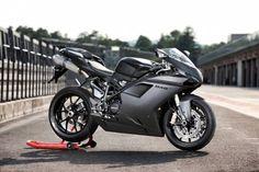 Ducati 848 EVO Mod. 2013 Marca: DUCATI  Modelo: SUPERBIKE  Precio de Lista: $223,500.00  Peso: 169 kg  Color: Negro y Blanco   Pague en línea!