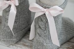 Tein aikaisemmin Jannesta sukat tytölle ja kauniista ulkonäöstä huolimatta ne olivat liian kovat ja lanka tuntui ikävältä neuloa. Nyt al...