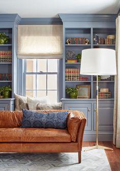 Встроенные шкафы являются важным атрибутом традиционного интерьера. Подушки на окне добавляют небольшому кабинету уюта, как и приятного натурального цвета шторы.  (деревенский,сельский,кантри,традиционный,индустриальный,лофт,винтаж,стиль лофт,индустриальный стиль,мебель,архитектура,дизайн,экстерьер,интерьер,дизайн интерьера,гостиная,дизайн гостиной,интерьер гостиной,мебель для гостиной) .