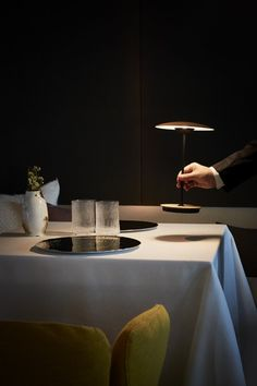 Thanks to a rechargeable lithium-ion battery, the new portable table version of Ginger allows spaces to be lit independently with utter freedom, and with no need for wires.