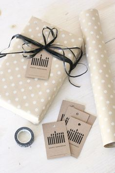 These simple modern Hanukkah tags look perfect with this wrapping! #hanukkahgifttags #hanukkah #giftwrapping