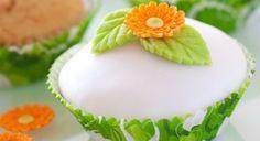 Saia do óbvio e use cores vibrantes no bolo ou no cupcake, como amarelo, laranja e verde. Cores assim combinam com uma cerimônia bem tropical, realizada na praia, por exemplo! www.noivinhostopodebolo.com