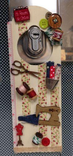 Cuelga puerta Door Knobs Crafts, Wooden Door Knobs, Doorknob Hangers, Door Hangers, Easy Crafts, Diy And Crafts, Paper Crafts, Art N Craft, Clever Diy