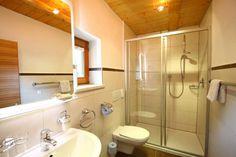 Bad im Ferienhaus Panorama Bathroom Lighting, Mirror, Frame, Furniture, Home Decor, Cottage House, Bathroom Light Fittings, Picture Frame, Bathroom Vanity Lighting