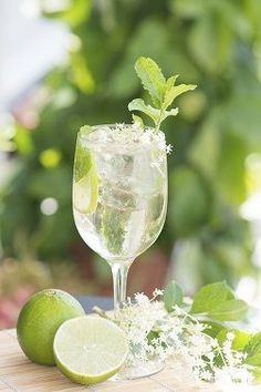 Hugo Champagne drink with elderflower syrup, mint and lime
