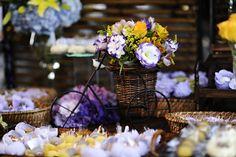mesa de doces amarela e roxa