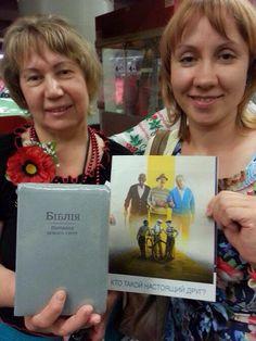 Asamblea internacional en Atlanta u s a. La hermana de Ucrania muestra su Biblia y la hermana rusa con su ejemplar en ruso ya q el gobierno ruso impide q entré en su país . Ambas superan el odio entre las dos naciones.