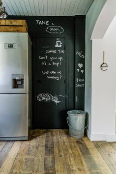 Wood floor and chalkboard wall Kitchen Interior, Kitchen Decor, Dream Decor, House Rooms, Rustic Design, Modern Rustic, Home Kitchens, Decorating Your Home, Blackboard Paint
