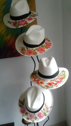 Brush strokes on aguadeños hats – Martha Cecilia – Join in the world of pin Summer Accessories, Fashion Accessories, Painted Hats, Hat Decoration, Mod Podge Crafts, Races Fashion, Church Hats, Country Fashion, Love Hat