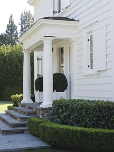 Georgian Architecture - An American Country House - great boxwoods - Andrew Skurman Georgian Architecture, Architecture Details, Design Exterior, Interior And Exterior, White Shutters, Porte Cochere, Front Steps, American Country, American Flag