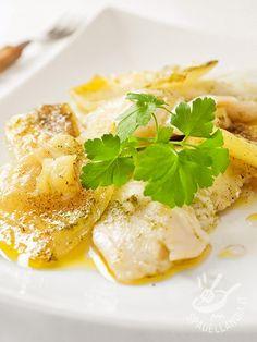 Baccalà in bianco alle patate e cipolle: un secondo di mare che porta in tavola tutte le virtù del pesce, con le sue sostanze nutritive e il suo gusto. ♦๏~✿✿✿~☼๏♥๏花✨✿写☆☀🌸🌿🎄🎄🎄❁~⊱✿ღ~❥༺♡༻🌺SA Dec ♥⛩⚘☮️ ❋ Fish And Meat, Fish And Seafood, Shellfish Recipes, Seafood Recipes, Kosher Recipes, Cooking Recipes, Cooking Kits For Kids, Kraut, Italian Recipes