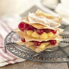 Milhojas de crema de limón y frutos rojos