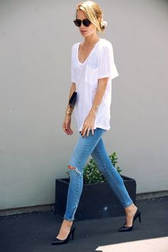 LA Casual -- Anine Bing in a white linen tee, mini crossbody bag, gold jewelry, skinny jeans & heels. Love her casual chic style but I think she is too thin. Beauty And Fashion, Look Fashion, Passion For Fashion, French Fashion, Autumn Fashion, Vintage Fashion, Mode Outfits, Casual Outfits, Summer Outfits