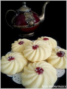 Coconut and maizena cakes – At the edge of sweets – Welcome to Ramadan 2019 Ramadan Desserts, No Cook Desserts, Cookie Desserts, Sweets Recipes, Just Desserts, Cookie Recipes, Arabic Sweets, Arabic Food, Biscuit Cookies