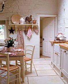 A continuación os enlazo unas fotos de cocinas con este encanto. Me encanta la pared de piedra pintada en blanco, le aporta mucha luz, como se aprecia el t