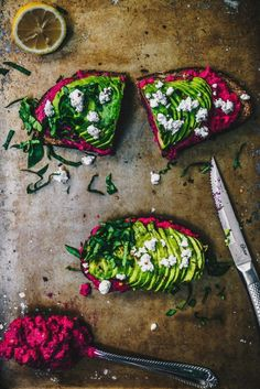 Vegan AVOCADO BEET HUMMUS TOAST. Perfect for a healthy and quick snack!