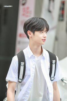 """""""Seungwoo recibe un mensaje de texto de un número desconocido"""" >> Pareja principal: SEUNGPYO ( Seungwoo x Dongpyo) >> Leve mención: ------- >> Capítulos cortos. >> Historia corta >> No copias ni adaptaciones. Thing 1, Boyfriend Material, K Idols, Cute Boys, K Pop, Sons, Dancer, Boy Groups, Handsome"""