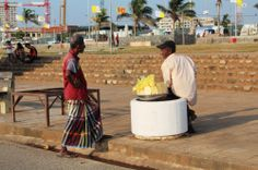 """vendedores de frutas en Galle Face Green. Conoce más en nuestro #artículo: """"Una Tarde Local en Colombo: Galle Face Green"""". #SriLanka #Colombo #Blog #TravelBlog #BlogDeViajes #SLinMyEyes"""