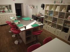 How lovely a personal cake room or space would be! from { { FeedTitle} }{ { EntryUrl} } Bakery Kitchen, Home Bakery, Studio Kitchen, Restaurant Kitchen, Bakery Shops, Cake Shop Design, Bakery Design, Cafe Design, Design Design
