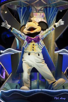 Dancing Mickey Mouse to old Hollywood swing