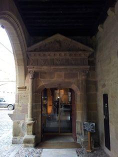 Porte d' entrée Renaissance avec décor à l' antique du musée Labenche de Brive-la-Gaillarde (19) : sous le fronton, frise à métopes de bucranes & triglyphes.