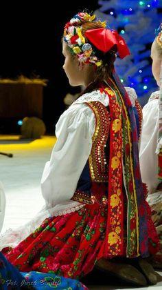 "Folk costume from Kraków, Poland. Photo via ZPIT ""Świerczkowiacy"". Period Costumes, Dance Costumes, Cosplay Costumes, Polish Embroidery, Costume Ethnique, Types Of Clothing Styles, Polish Clothing, Polish Folk Art, Bridal Headdress"