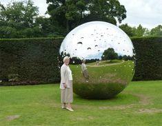 """[Miroir Sphérique] Not Vital, a conçu dans son atelier en Chine """"#Moon"""", 🌑🌒🌓🌔 de 3m de diamètre. Si vous aviez rêvé de toucher la #Lune, c'est le moment ! #ArtMonumental #LeMetalist Moment, Les Oeuvres, Sculptures, Art, Moon, Mirror, Atelier, Art Background, Kunst"""