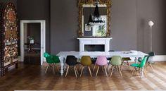 O novo minimalismo busca deixar os ambientes mais aconchegantes e fugir daquele convencional preto e branco como era o tradicional. A principal característica e diferença é o emprego das cores na decoração trabalhando todos os elementos de forma simples e pura. Confira mais imagens no blog  http://ift.tt/1GmxtuY.