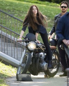 Picture of Amber Heard Motorcycle Women, Motorcycle Clubs, Lady Biker, Biker Girl, Motos Vespa, Cafe Racer Girl, Motorbike Girl, Cafe Bike, Bike Rider