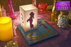 Centro de mesa Infantil Temático Princesa Jasmín: Base de madera 20x20cm color turquesa personalizada con el nombre de la festejada en color dorado con letra de disney y vinil de silueta de Jasmín y Pantalla blanca de cera de 8x8cm de base x 15cm de alto con silueta de Jasmín y numero de años de la festejada con vela tea light para iluminarla. ALUZZA #jasmin #jasmine #aluzza #centrodemesa #disney #Aladdín