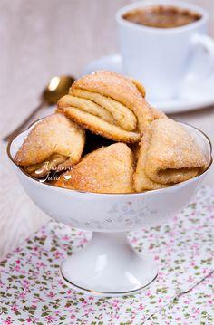 Очень вкусное и простое печенье многим знакомо из детства. В сахар я добавила ванилин и корицу, от чего печенье стало еще ароматней и вкуснее. Я не устану…