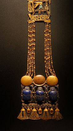 Pectoral worn by Tutankhamun Ancient Egyptian Clothing, Ancient Egyptian Artifacts, Ancient History, Ancient Aliens, Egypt Jewelry, Ancient Jewelry, Antique Jewelry, Jewelry Art, Gold