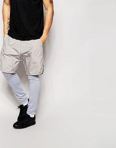 Jogginghosen von ASOS Sweatshirt-Stoff gewebte kurze Überlage Taillenbund mit Kordelzug schräge Seitentaschen enge Passform Maschinenwäsche 100% Polyester Model trägt 32 Zoll/81 cm Normalgröße und ist 188 cm/6 Fuß 2 Zoll groß