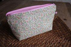 Bon, comme promis, il est tout chaud, il est pas très beau, mais voici le tuto ! Pour réaliser cette trousse de toilette (grand format), tu auras besoin de : - 2 rectangles de tissu de 28 x 35 cm (un pour l'extérieur, un pour la doublure) - un rectangle... Coin Crafts, Coin Couture, Techniques Couture, Cosmetic Bag, Purses And Bags, Coin Purse, Sewing, Knitting, Grand Format