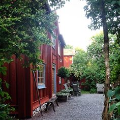 At last, a few drops of rain. Swedish Cottage, Red Cottage, Swedish House, Garden Cottage, Cottage Style, Red Houses, House In Nature, Landscaping With Rocks, Garden Inspiration