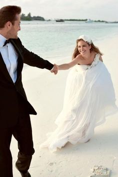 If I have my wedding on the beach, I'd really want a photoshoot in the water~
