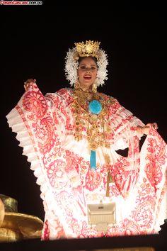 Tembleques blancos peinetas y corona de oro para pollera de gala de la reina de carnaval. (Calle Arriba de Las Tablas 2012)