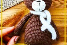 Lindo Oso de peluche amigurumi patrón gratis Knitting, Diy, Crochet Disney, Crochet Animal Amigurumi, Amigurumi Doll, Baby Dolls, Crochet Bear Patterns, Crochet Horse, Crochet Teddy Bears
