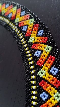The Emberá are Indigenous people of Panama and Colombia. Necklaces are crucial in the Embera-Chami culture, and they are worn since childhood. Bead Jewellery, Seed Bead Jewelry, Beading Projects, Beading Tutorials, Bead Loom Patterns, Beading Patterns, Indian Agate, Beaded Necklace Patterns, Panama