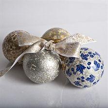Intian Kashmirissa käsin maalatut paperimassasta valmistetut joulupallot.
