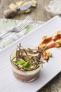 I bicchierini di couscous alla Norma con fonduta di formaggio sono un antipasto originale, da servire se sei amante dei sapori decisi e mediterranei!