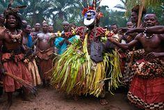 Dançarino mascarado Kuba.  Imagem retirada do site http://carolbeckwith-angelafisher.com/    Projeto de duas fotógrafas: Beckwith e Fisher.  Lindas fotografias da beleza e da cultura africanas.