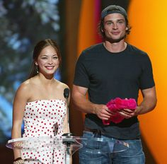 Smallville 's Kristin Kreuk and Tom Welling were presenters…..Throwback to the 2004 Teen Choice Awards. Smallville! Mean Girls! The O.C! OMG so much good stuff and now I feel SO OLD!